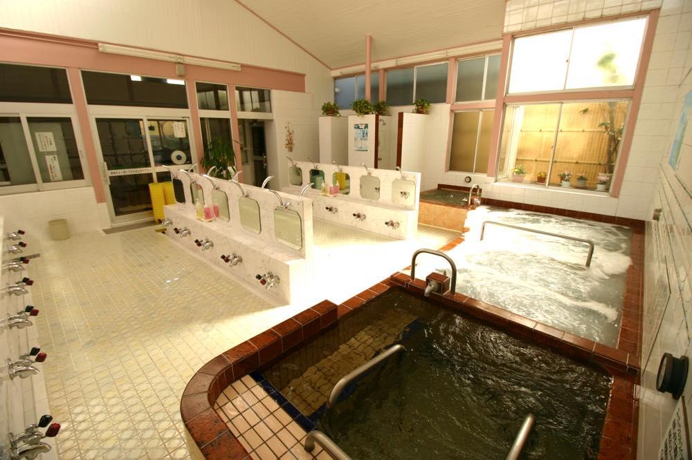 お風呂を見ていこう。一番広い ...
